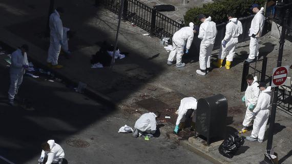 Les enquêteurs photographient les lieux des explosions de bombes, à Boston (Etats-Unis), le 17 avril 2013.