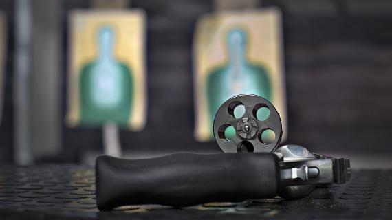 Un pistolet magnum, dans un stand de tir au Canada, le 22 mars 2013.
