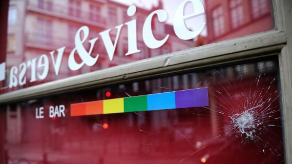 La devanture endommagée du bar le Vice-Versa à Lille (Nord), après l'agression des clients et du personnel par quatre personnes, survenue mercredi 17 avril 2013.