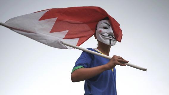 Un enfant avec un masque de Guy Fawkes (également utilisé par les Anonymous) participe à une manifestation contre la tenue du Grand Prix de Bahreïn, le 18 avril 2013 à Diraz, près de la capitale, Manama.