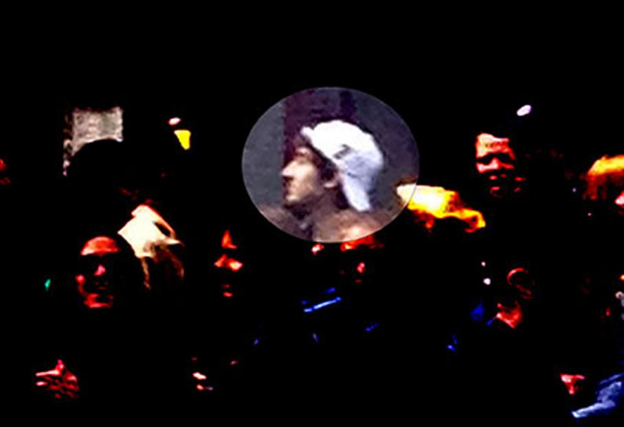 Le FBI a lancé un avis de recherche avec des photos du marathon. Sur l'une d'entre elles, le jeune frèreDzhokhar Tsarnaev, apparaîtrait avec une casquette blanche.