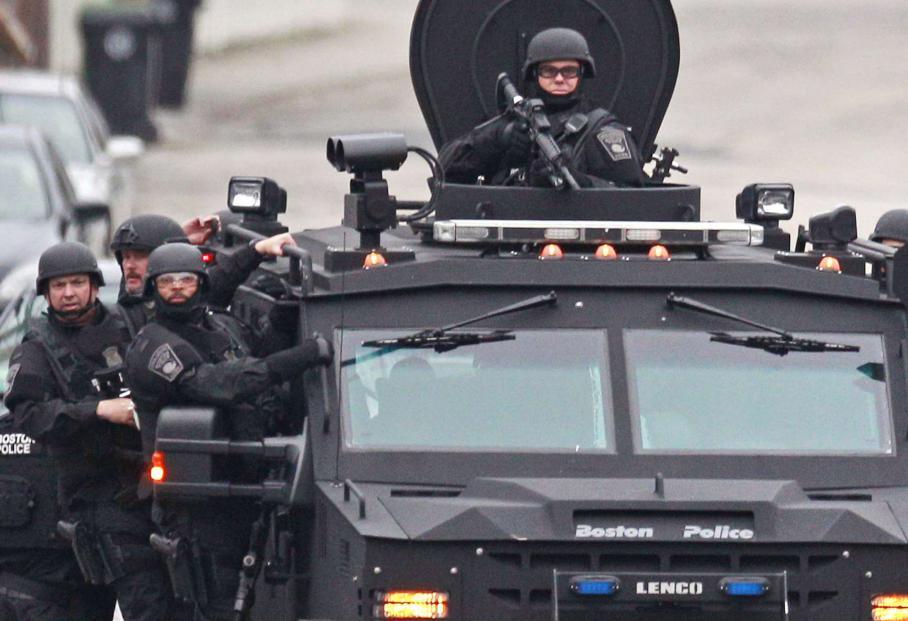 Quelque 9000 agents des forces de l'ordre sont sur place pour une véritable chasse à l'homme. Ici, dans le quartier de Watertown, à Boston.