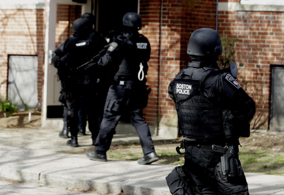 Lors de la fusillade,, un policier a été tué, un second blessés et les suspects ont jeté des explosifs sur les forces de l'ordre.