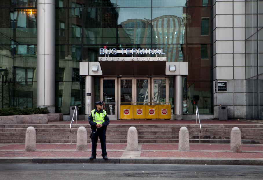 Boston et Watertown semblent coupées du monde, les transports en commun sont arrêtés, pendant que les forces de l'ordre traquentDzhokhar Tsarnaev, vendredi 19 avril.