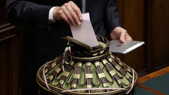 Un membre du parlement italien vote, au scrutain présidentiel, le 19 avril 2013, à Rome.