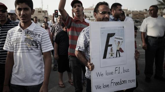 """Un manifestant bahreïnien brandit un panneau lors d'une manifestation dans le village de Jidafs, le 12 avril 2013: """"nous aimons la F1, mais nous aimons encore plus la liberté."""""""