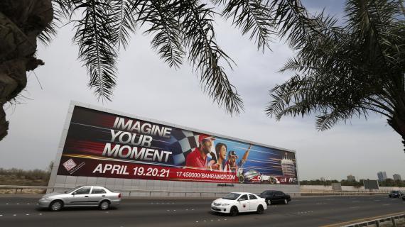 Un panneau publicitaire annonçant la tenue du Grand Prix de Bahreïn, le 9 avril 2013, dans les faubourgs de Manama, la capitale du pays.