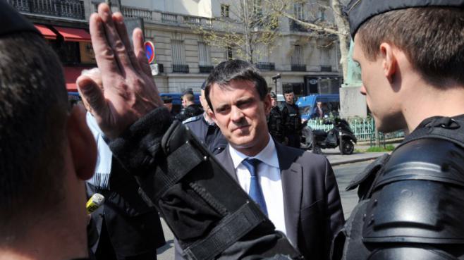 Le ministre de l'Intérieur Manuel Valls rend visite aux policiers chargés d'encadrer la manifestation contre le mariage de personnes du même sexe, le 21 avril 2013.