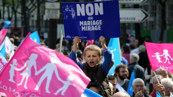 """Un enfant brandit une pancarte """"Non au mariage mirage"""" pendant la manifestation contre le mariage pour tous à Paris, le dimanche 21 avril 2013."""