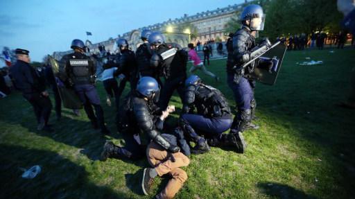 Des gendarmes interpellent un manifestant, le 21 avril 2013 aux Invalides à Paris.