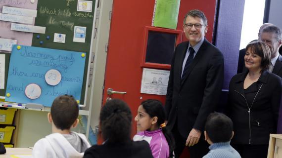 Vincent Peillon visite une école à Gonesse (Val d'Oise), le 25 février 2013.