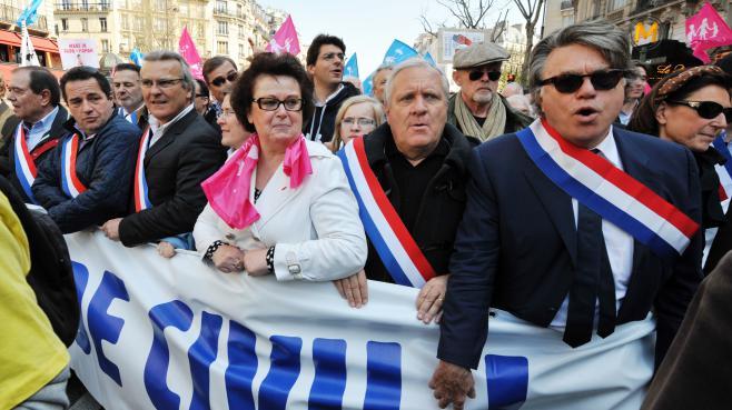 Le député Rassemblement bleu Marine, Gilbert Collard (à d.), a défilé contre le mariage pour tous, accompagné de Christine Boutin (en blanc), et de députés UMP, dimanche 21 avril 2013, à Paris.