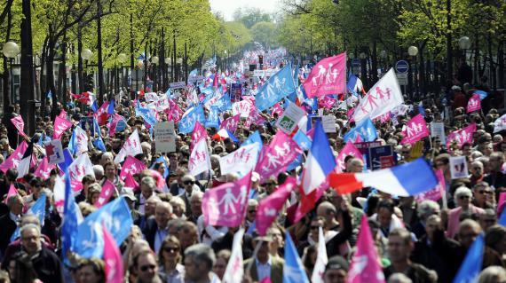 Avec slogans, pancartes et drapeaux, des manifestants opposés au mariage pour tous défilent à Paris, le 21 avril 2013.