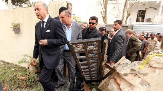 Le ministre des Affaires étrangères,Laurent Fabius, s'est rendu dans les décombres de l'ambassade de France à Tripoli (Libye), le 23 avril 2013.