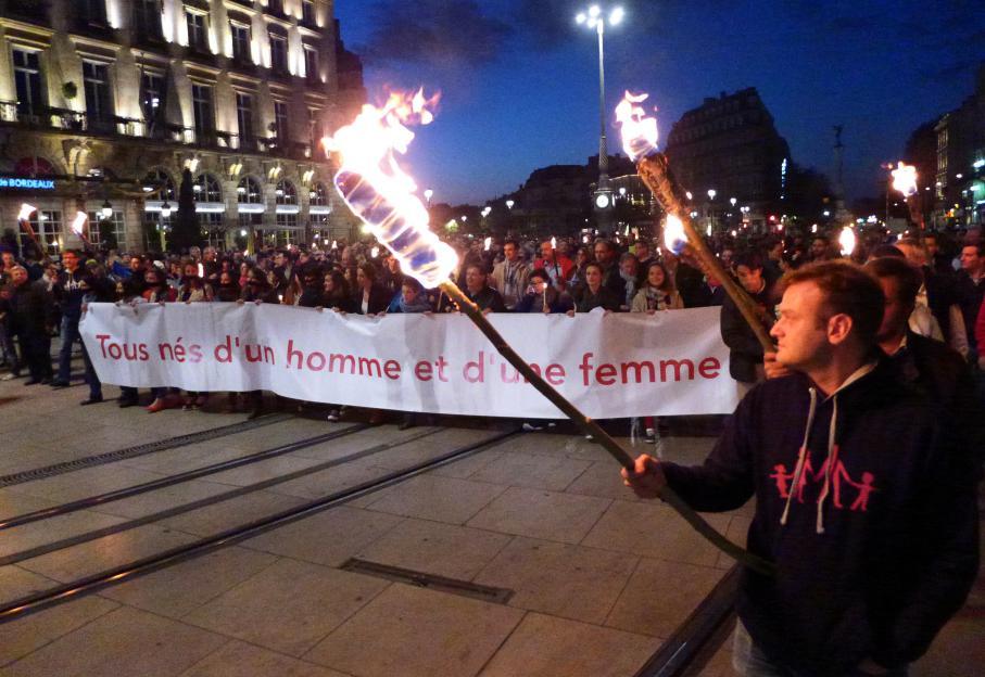 A Bordeaux, les anti-mariage pour tous ont défilé au flambeau.