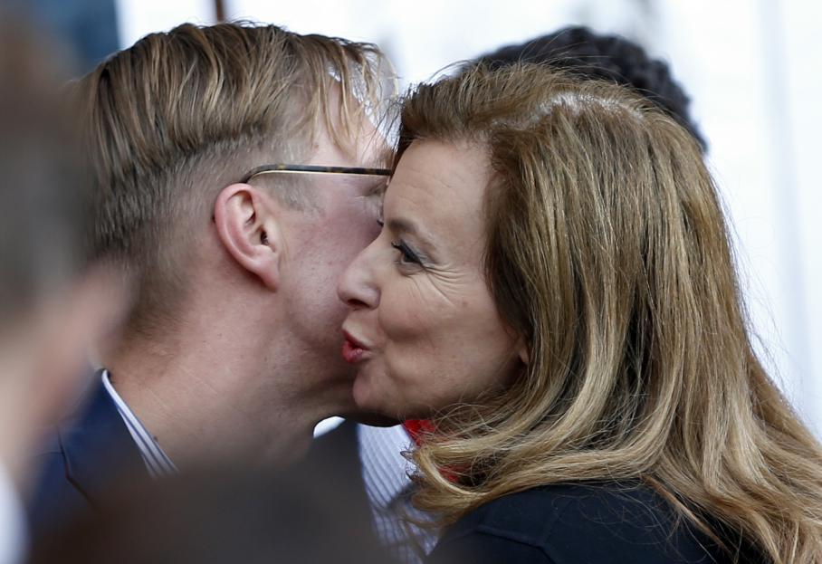 Valérie Trierweiler était présente au rassemblement des partisans de la loi. Elle a salué Wlfred de Bruijn, agressé début avril en raison de son homosexualité.