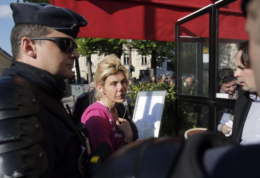 A sa sortie de l'Assemblée nationale, Frigide Barjot, porte-parole de la Manif pour tous, a été chahutée, par des manifestants des deux camps.