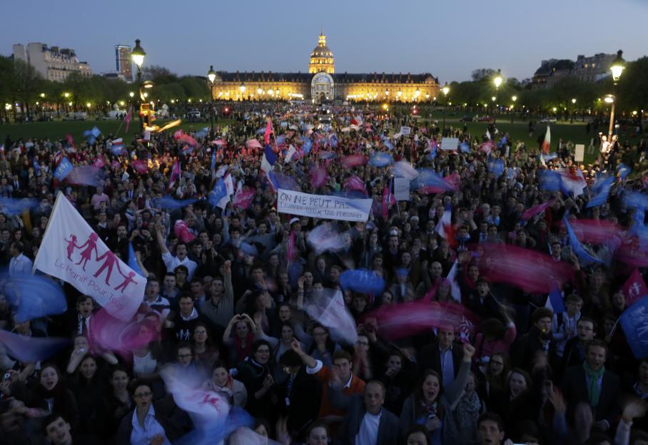 Sur l'esplanade des Invalides à paris, les opposants au mariage pour tous étaient encore nombreux mardi 23 avril, après le vote du projet de loi à l'Assemblée nationale.