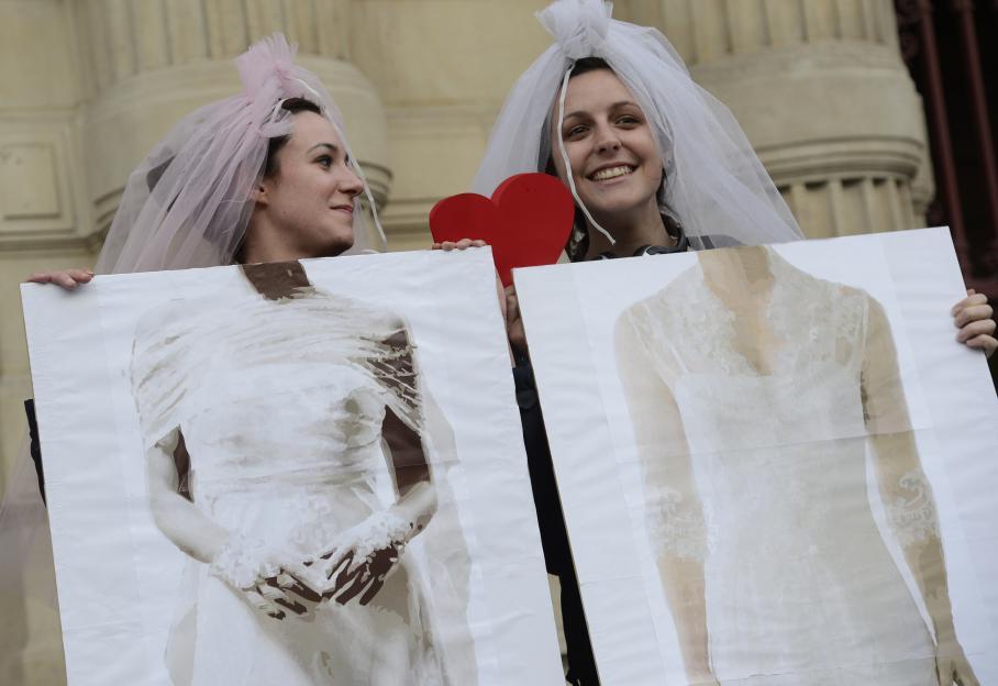 Après le vote de la loi à l'Assemblée, les partisans du mariage pour tous se sont rapidement rassemblés, sourire aux lèvres, devant l'Hôtel de Villede Paris, mardi 23 avril.