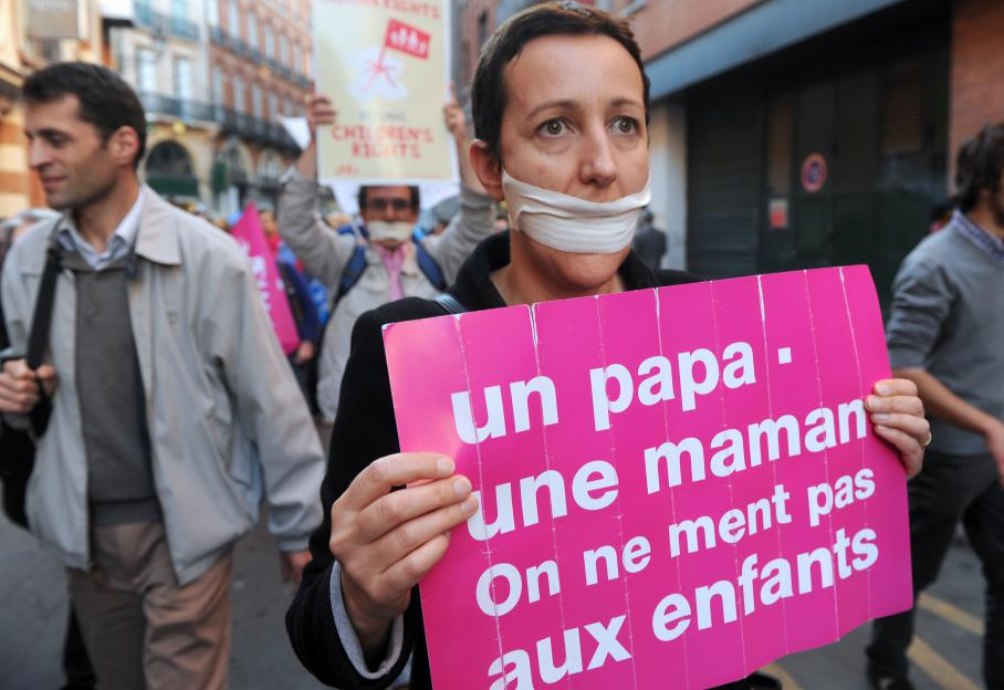 Pendant ce temps, à Toulouse toujours, les opposants brandissaient des pancartes portant les slogans martelés depuis plusieurs mois.