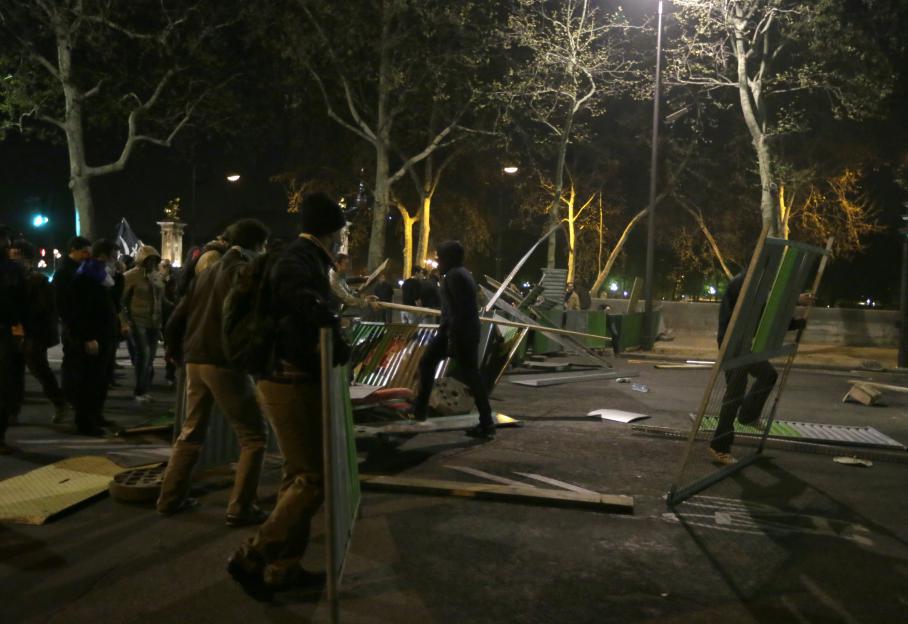 En marge de la Manif pour tous, à Paris, quelques dizaines de personnes violentes s'en sont prises aux forces de l'ordre et à la presse.