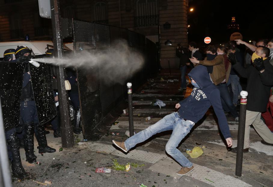 Des affrontements ont opposé des manifestants, qui jetaient des objets, aux CRS qui ont utilisé des gaz lacrymogènes.