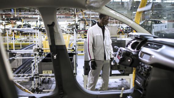 Un employé en intérim à l'usine d'assemblage PSA d'Aulnay-sous-Bois (Seine-Saint-Denis), le 10 avril 2013.