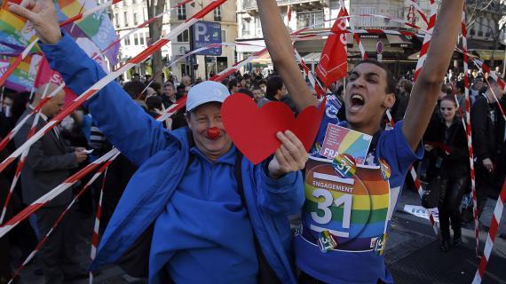 Des partisans du mariage pour tous saluent le vote du projet de loi, le 23 avril 2013, à Paris.