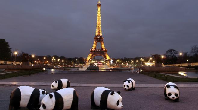 """Des pandas en papier mâché installés par l'association WWF pour sensibiliser le public à l'opération """"Une heure sans lumière"""", le 31 mars 2012 à Paris."""