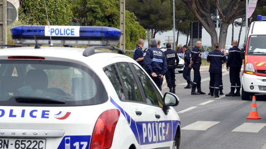 Des policiers et des pompiers se tiennent près du rond-point où le tireur présumé a été interpellé, à Istres (Bouches-du-Rhône), le 25 avril 2013.