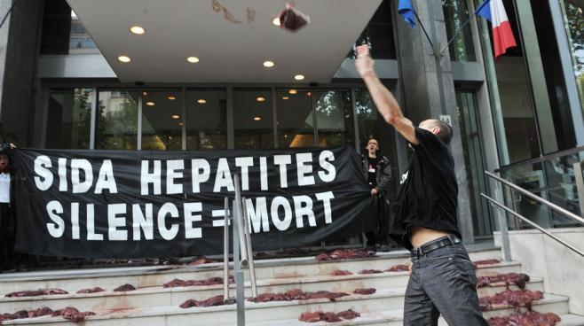 Des militants d'Act Up jettent des foies d'animaux devant le ministère de la Santé, le 19 mai 2010, pour protester contre la politique française concernant le sida et les hépatites.