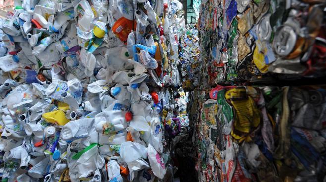 Des bouteilles en plastique et des cannettessont stockées dans les locaux de ValorPôle 72, un écopôle spécialisé dans la valorisation des déchets, au Mans (Sarthe), le 12 avril 2013.
