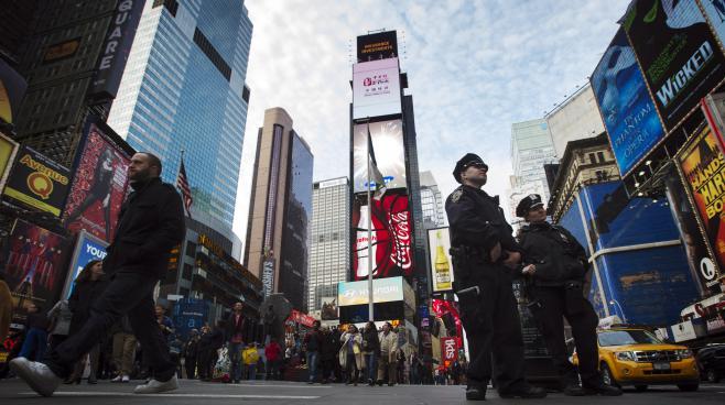 Des policiers en patrouille, sur Times Square, à New York (Etats-Unis), le 15 avril 2013.
