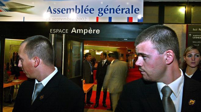 Des agents de sécurité surveillent l'entrée de l'assemblée générale d'Air France au Cnit de la Défense (Hauts-de-Seine), le 25 septembre 2002.