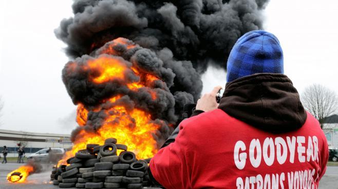 Des salariés de Goodyear manifestent devant l'usine d'Amiens, le 26 février 2013.