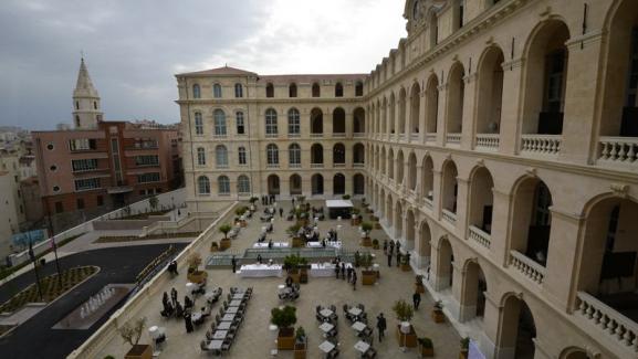 Vue plongeante sur la terrasse flambant neuve de l\'Hôtel Dieu de Marseille.