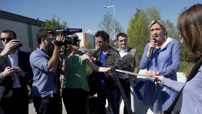 Marine Le Pen devant un camp de Roms à Wissous, dans l'Essonne, le 25 avril 2013.