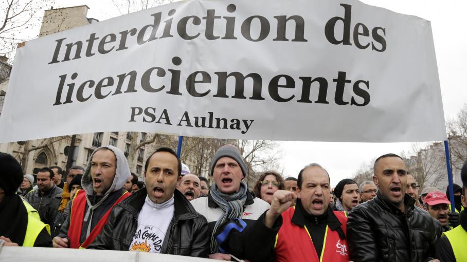 Des employés de l'usine PSA Peugeot Citroën d'Aulnay-sous-Bois manifestent à Paris, le 18 mars 2013.