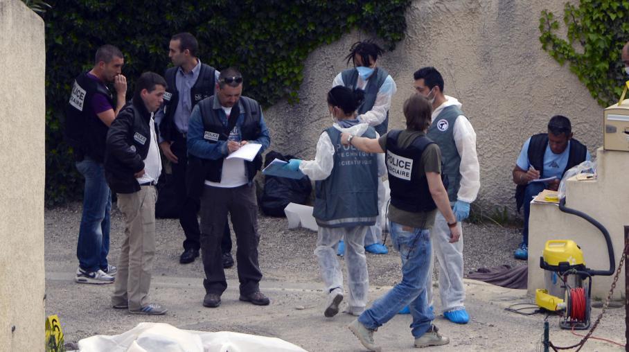La police étudie la scène de la fusillade dans un quartier pavillonnaire d'Istres dans les Bouches-du-Rhône, le 25 avril 2013.