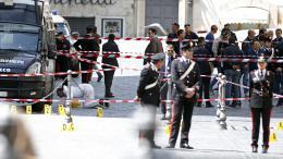 Un cordon de sécurité a été établi devant le palais Chigi, à Rome (Italie), où un homme a ouverte le feu sur des carabiniers, le 28 avril 2013.