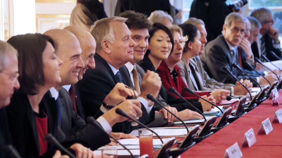 Une réunion à Matignon (Paris) réunit plusieurs ministres du gouvernement de Jean-Marc-Aryault aux côtés de Louis Gallois ( à la droite du Premier ministre), commissaire à l'Investissement, à l'occasion de la remise du rapport sur la compétitivité, le 5 novembre 2012.