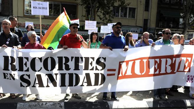 Des manifestants protestent contre les coupes budgétaires dans le domaine de la santé, en septembre 2012, à Madrid (Espagne).