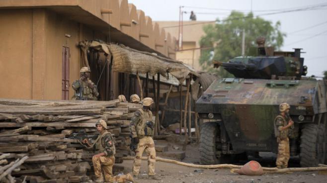 Des soldats français et maliens à Gao, dans le nord du Mali, le 13 avril 2013.