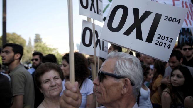 Des manifestants devant le Parlement chypriote à Nicosie, au moment du vote du plan de sauvetage de l'île, le 30 avril 2013.