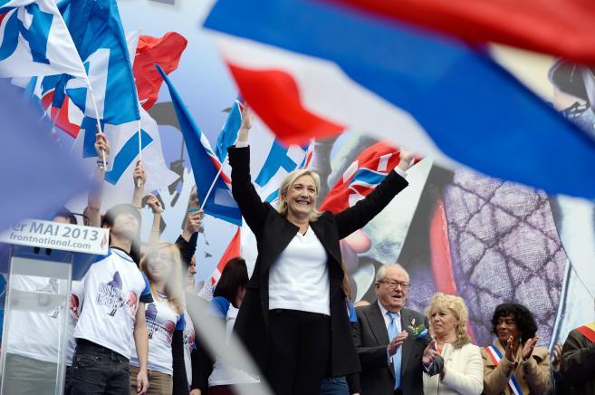 A l'issue de son discours, Marine Le Pen a salué les partisans du Front national réunisdevant l'Opéra de Paris, le 1er mai 2013.