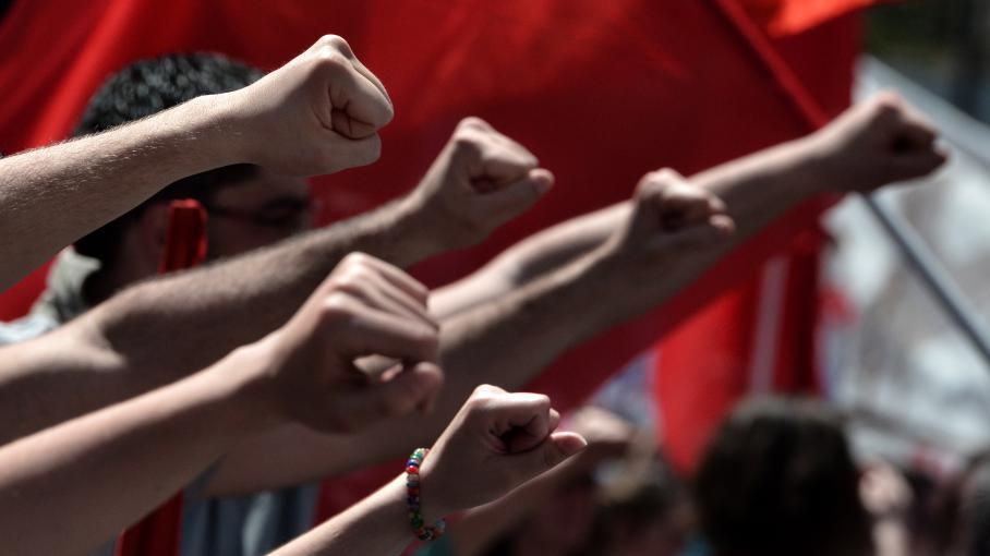 Poings levés, des Athéniens ont manifesté contre l'austérité lors du 1er mai 2013, dans la capitale grecque.