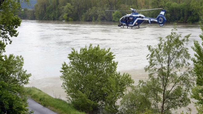 Un hélicoptère de la gendarmerie participe aux recherches pour retrouver un enfant emporté le 30 avril 2013 par une rivière, à Saint-Rambert-d'Albon (Drôme).