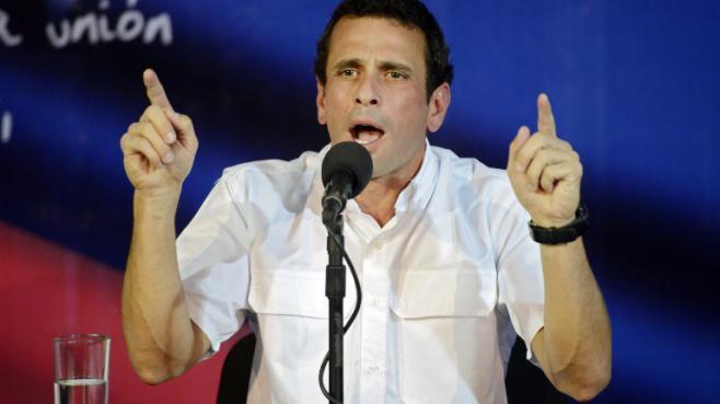 Le leader de l'opposition vénézuélienne Henrique Capriles lors d'une conférence de presse à Caracas le 24 avril 2013.