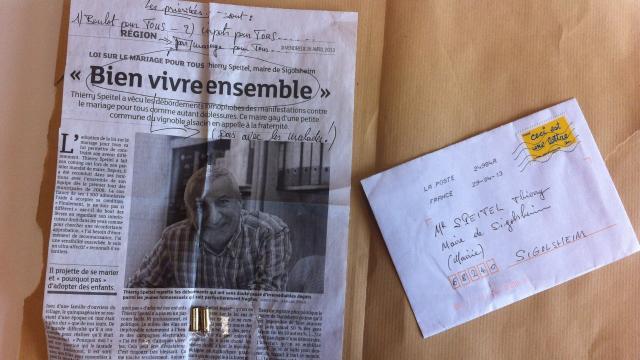 Le courrier et les deux douilles reçus par le maire alsacien Thierry Speitel, jeudi 2 mai 2013.