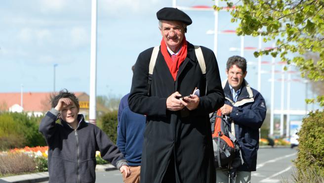 Le député Modem Jean Lassalle marche le 4 mai dans une rue de Loon-Plage (Nord).